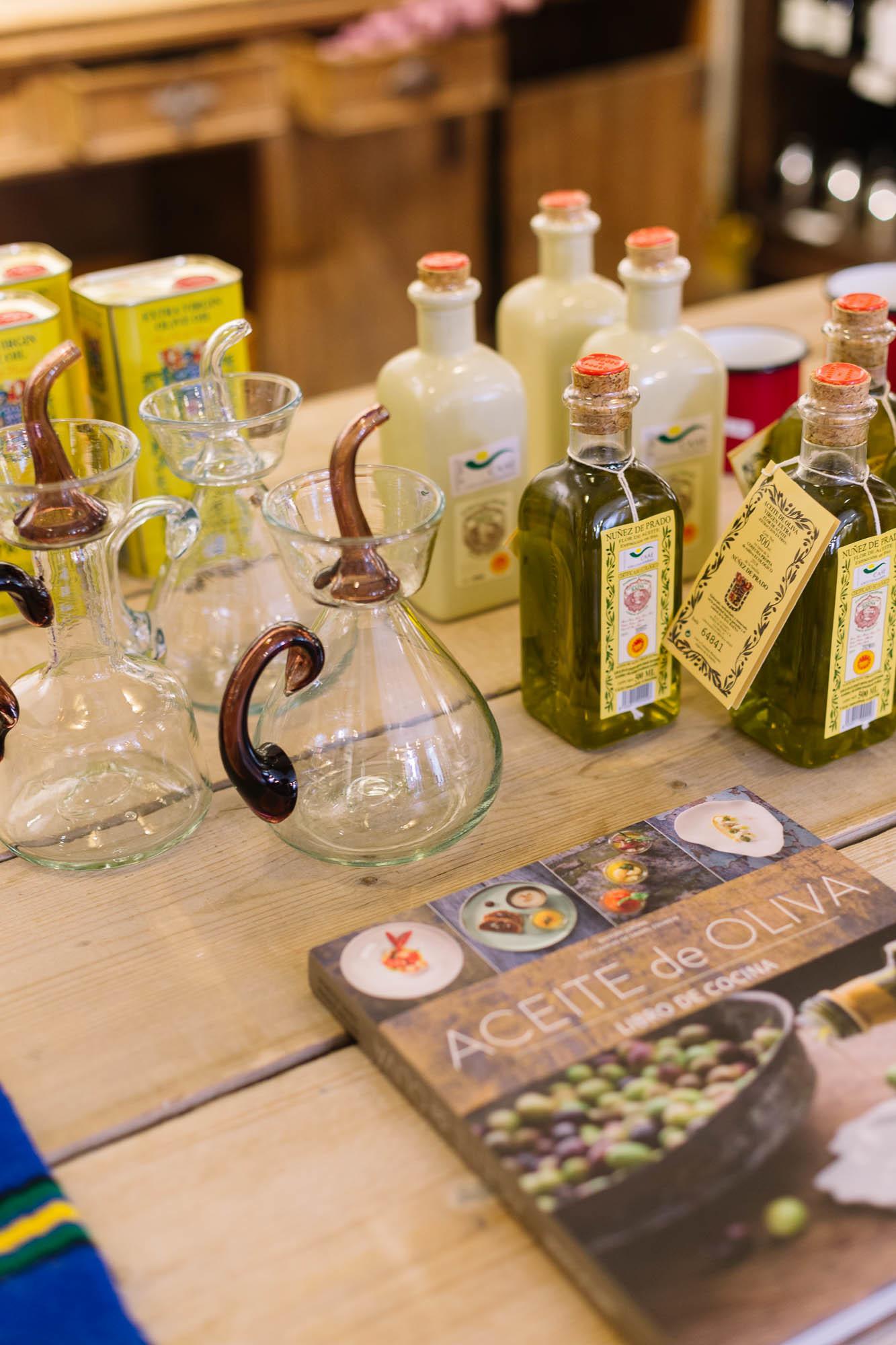 Variedad de aceites de oliva, a la venta en La Real Fábrica Española