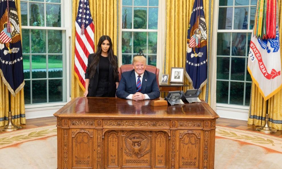 Kim Kardashian y Donald Trump durante su reunión en el Despacho Oval...