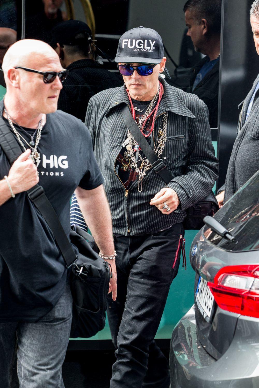 Johnny Depp con gorra y gafas de sol intentando pasar desapercibido en...