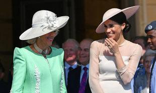 Meghan Markle y Camilla de Cornualles comparten risas durante el...