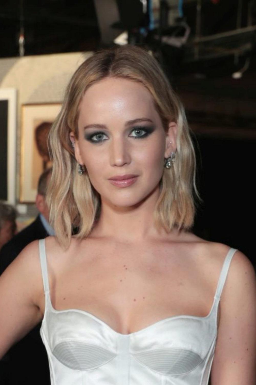 Jennifer Lawrence luciendo su nuevo corte de pelo bob que roza...