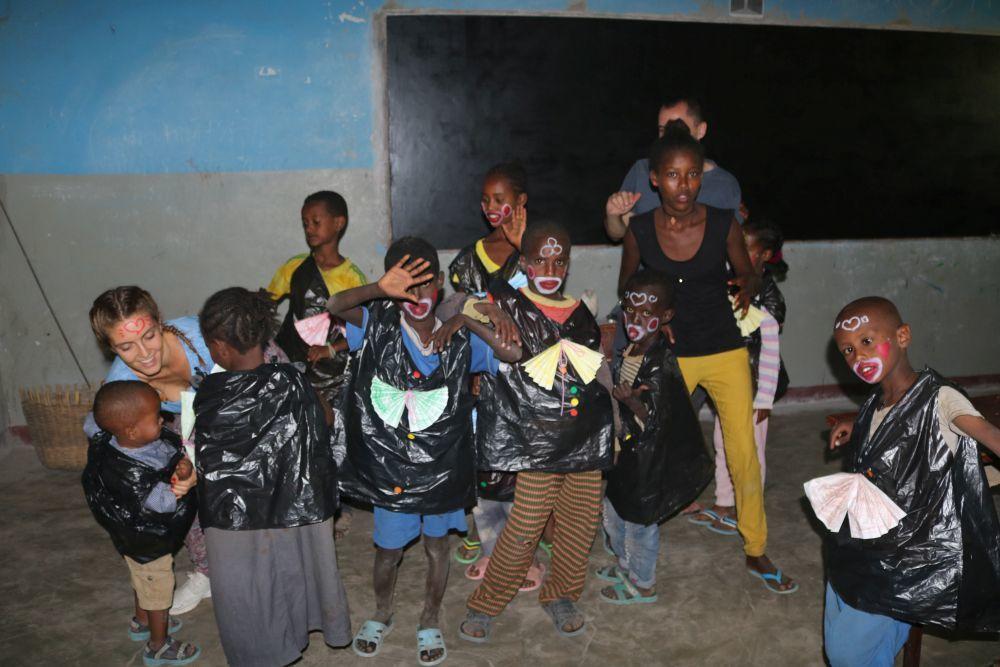 Taller de manualidades durante el voluntariado Living Meki, Etiopía.