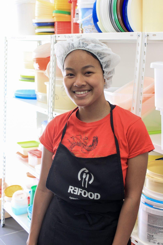 Una voluntaria de re-food, en Impact Trip, preparada para servir...
