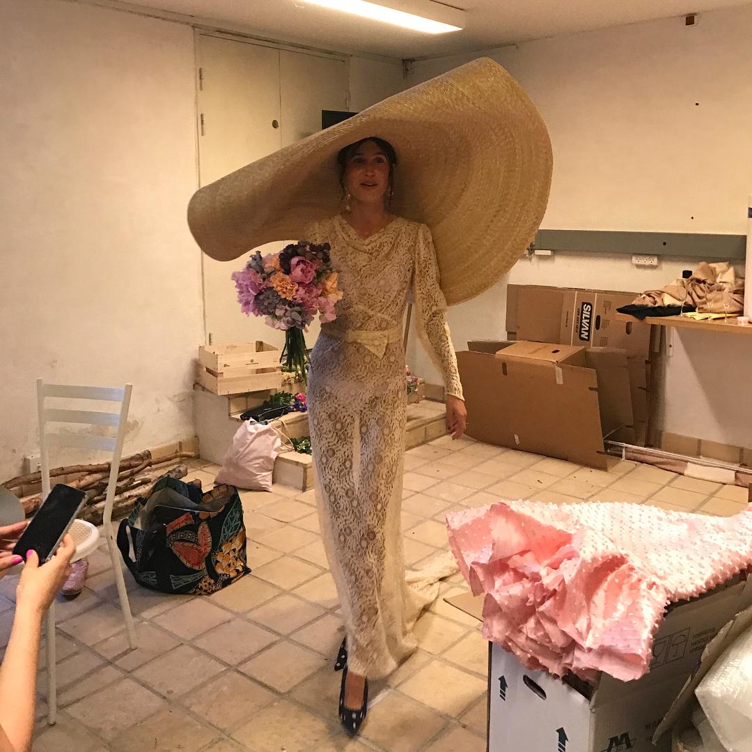 La actriz y modelo danesa Emma Leth con vestido y pamela de la firma...