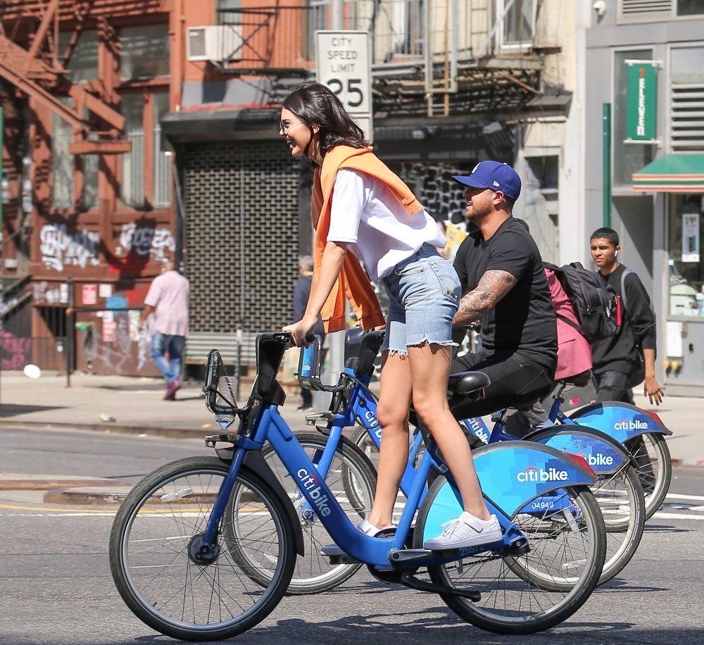 Kendall Jenner montando en bicicleta en Nueva York.