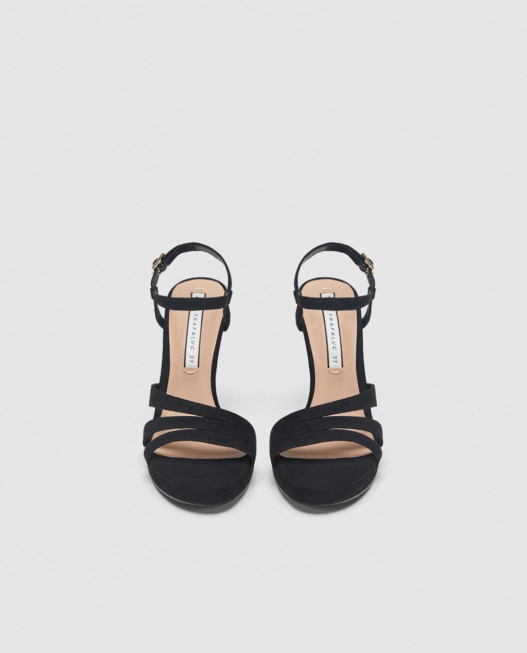 Sandalias de tacón con tiras de Zara (29,99 euros).