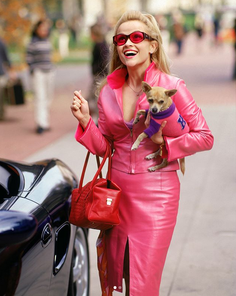Reese Whiterspoon interpretando a la abogada Elle Woods, protagonista...
