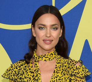 Irina Shayk apuesta por un maquillaje en tonos amarillos.