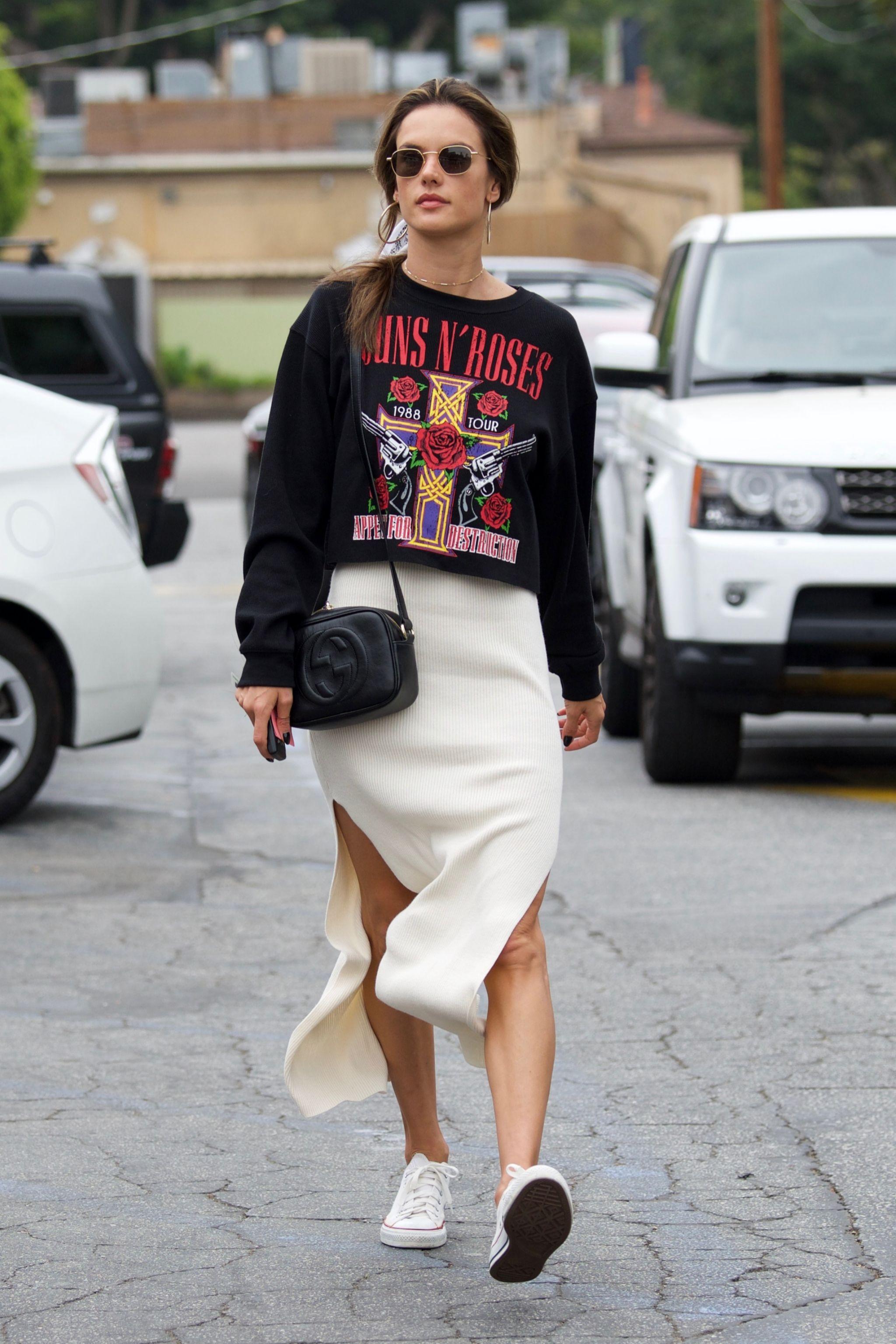 Una falda midi y unas converse son las prendas perfectas para crear tu...