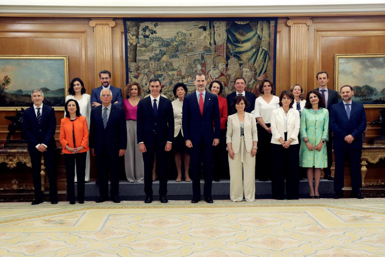 Los nuevos ministros del gobierno de Pedro Sánchez, tras jurar sus...