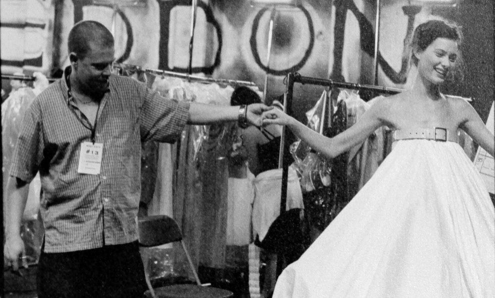 El diseñador Alexander McQueen, junto a una modelo antes del desfile.