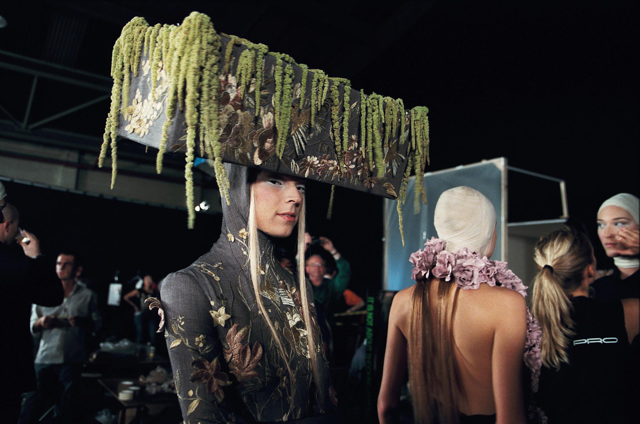 Unas de las colecciones estelares de Alexander McQueen que aparecen en...