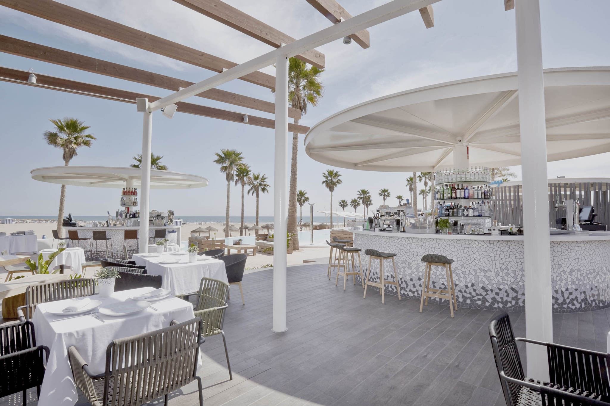 Su estupenda terraza con vistas a la playa