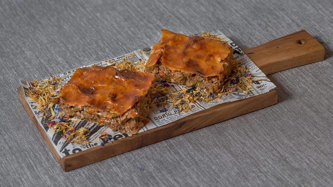 La empanada casera de sardinillas en aceite de oliva y pasas.