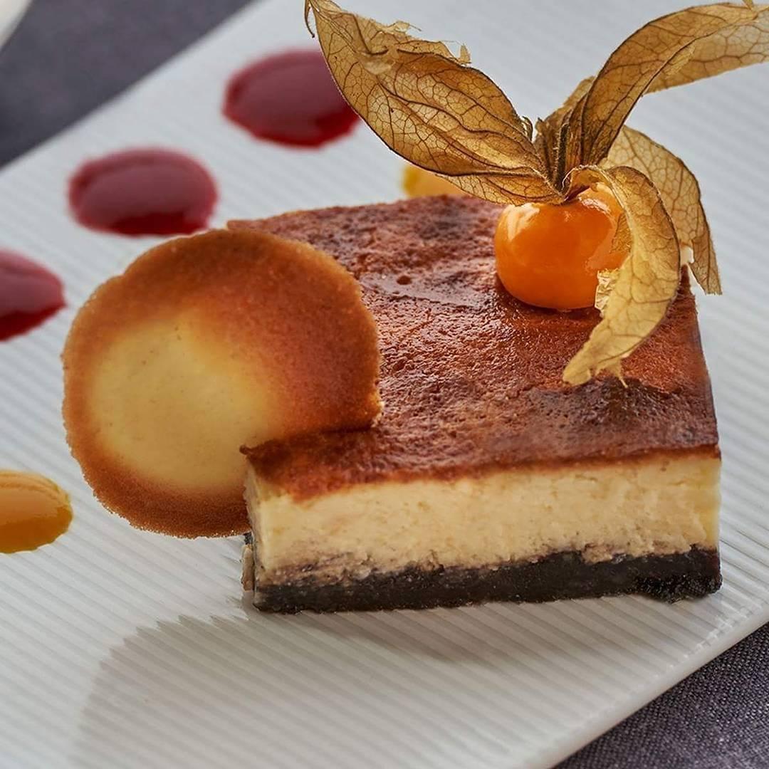 La tarta de queso gallego con confitura de fruta de la pasión y...