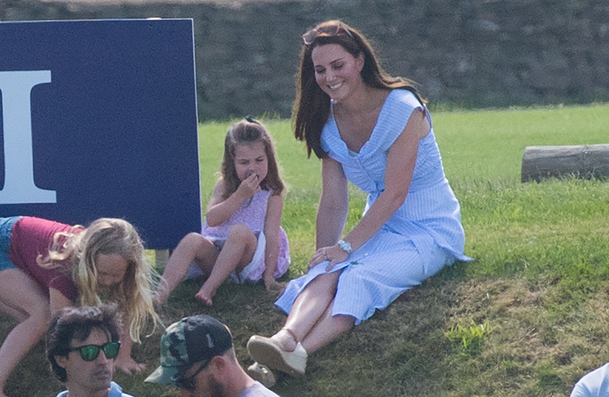 Kate Middleton con un vestido midi de Zara durante una jornada de polo...