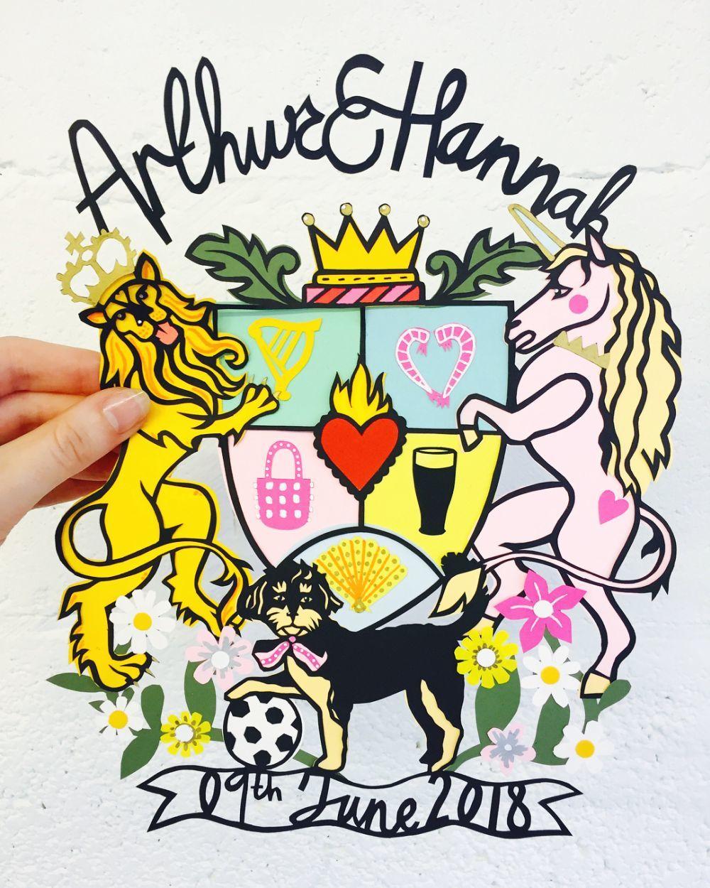 El original escudo de la boda, con los logos de la tradicional cerveza...