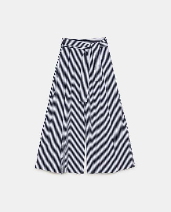 Pantalón de rayas de Zara (29,95 euros).