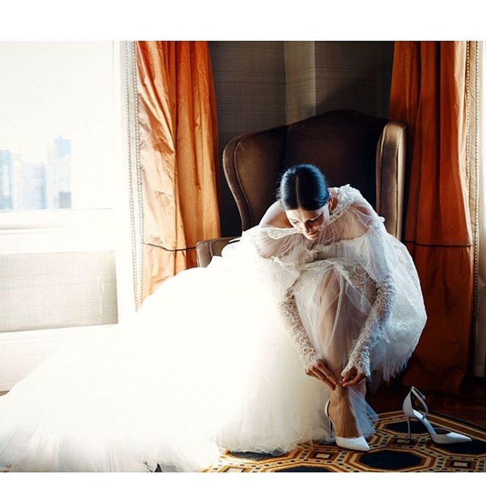 Los zapatos de novia eran unos salones de tacón de aguja, atados al...