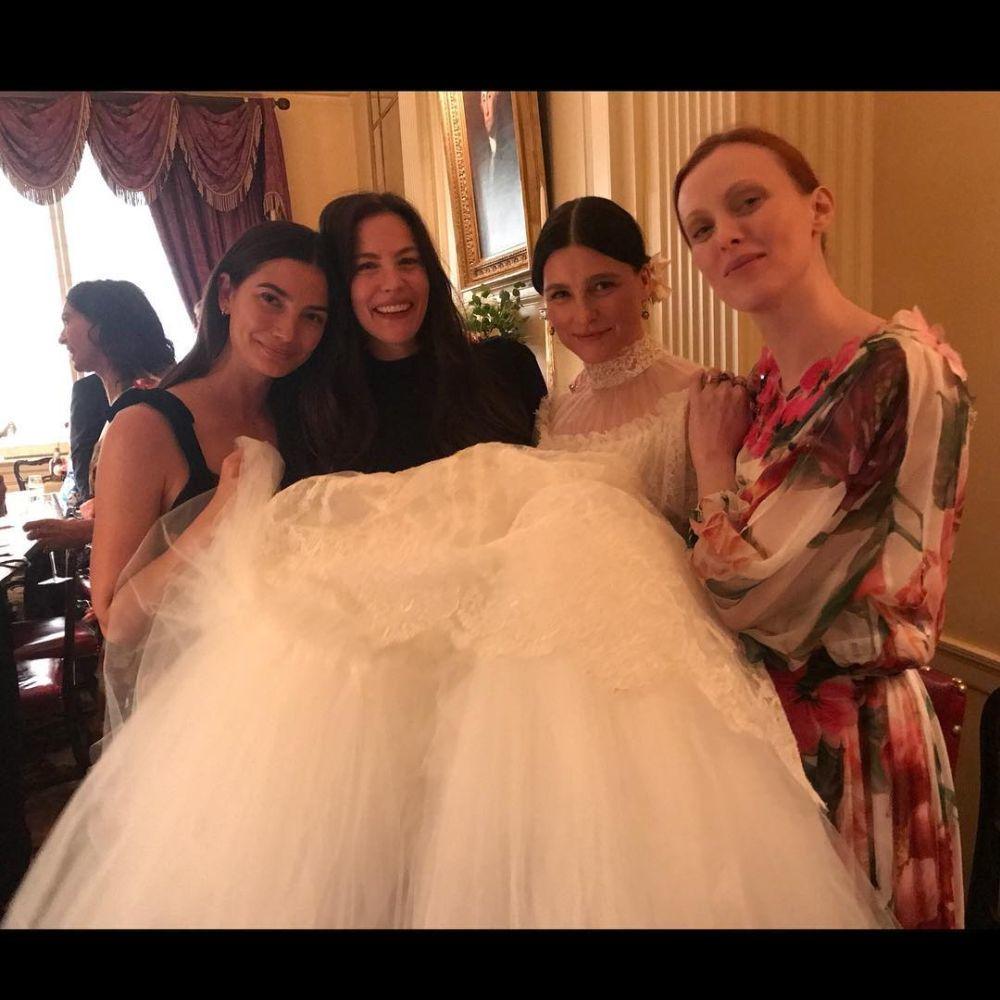 Lily Aldridge, Liv Tayler y Karen Elson posan junto a la diseñadora.