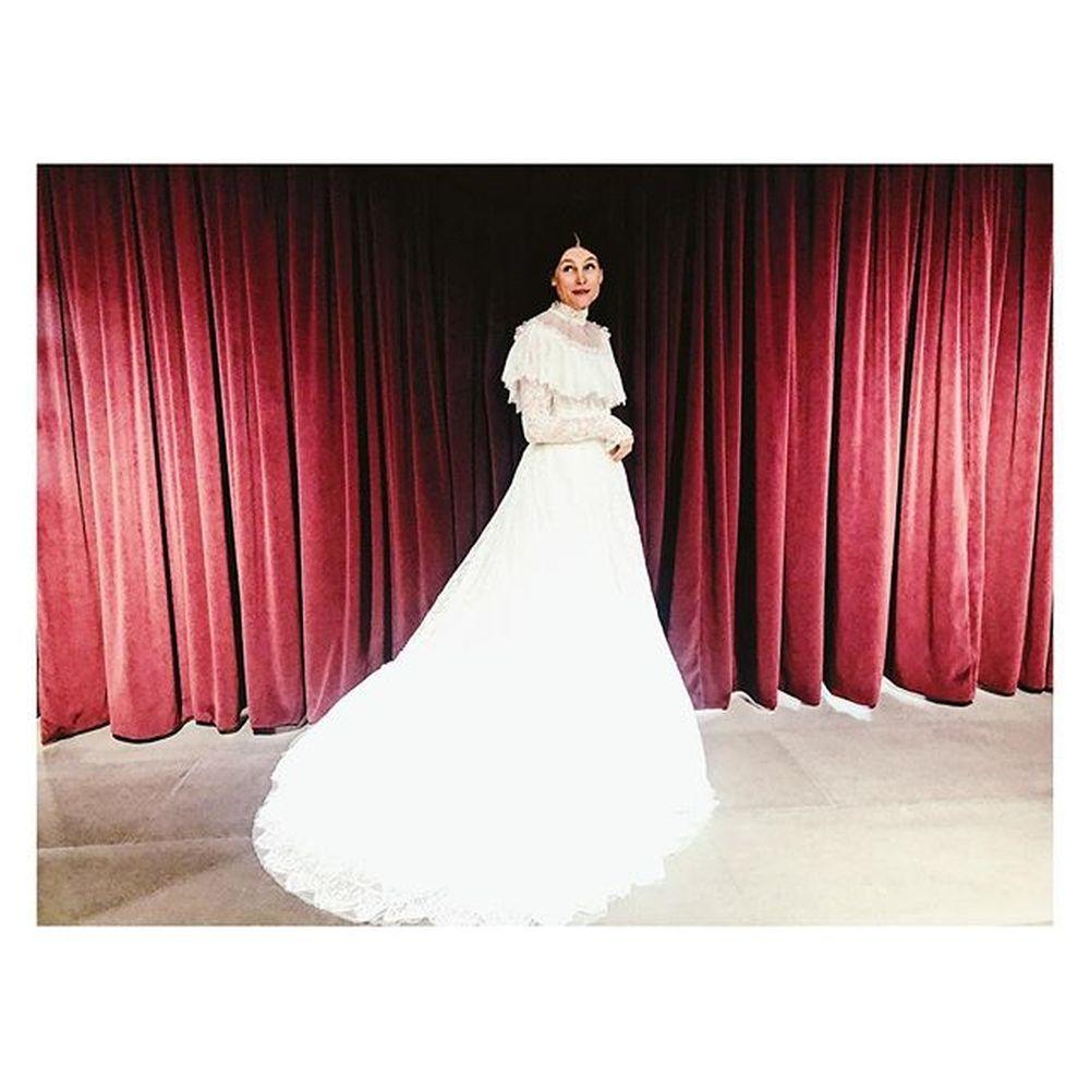La novia lució un vestido vestido repleto de encaje, con manga larga...