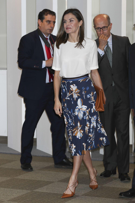 La Reina con una falda plisada de Hugo Boss en tonos azules y...