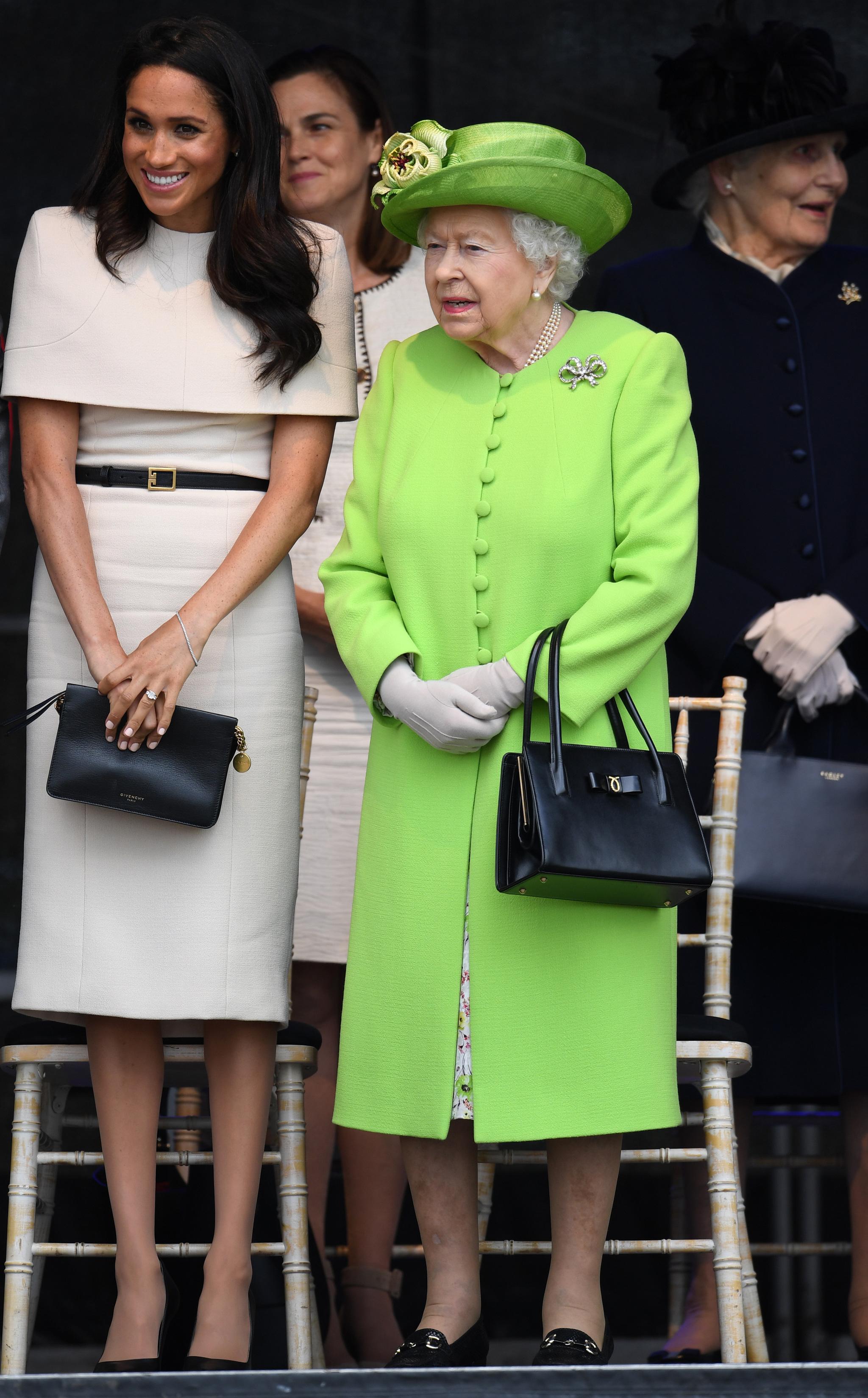 Meghan Markle, con vestido de Givenchy, y la reina Isabel II, con...