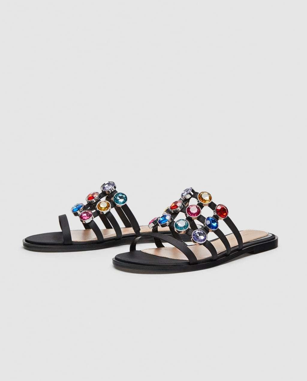 Sandalias de pedrería multicolor de Zara (39,99 euros).