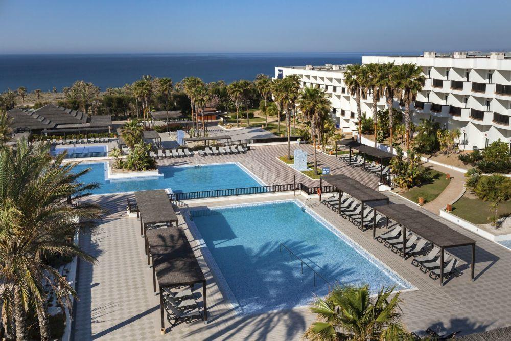 El hotel Barceló Cabo de Gata, en primera línea de playa, tiene...