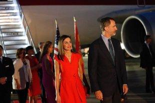 La reina Letizia junto al rey Felipe VI a su llegada al aeropuerto de...