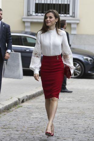 El color de la reina Letizia es, sin duda, el rojo. Una falda tubo...
