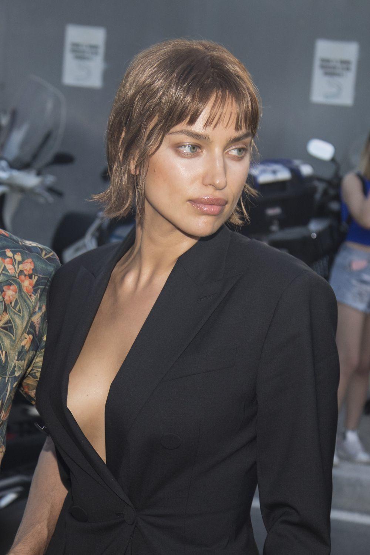 Irina Shayk luciendo su nuevo corte de pelo blunt bob con flequillo en...