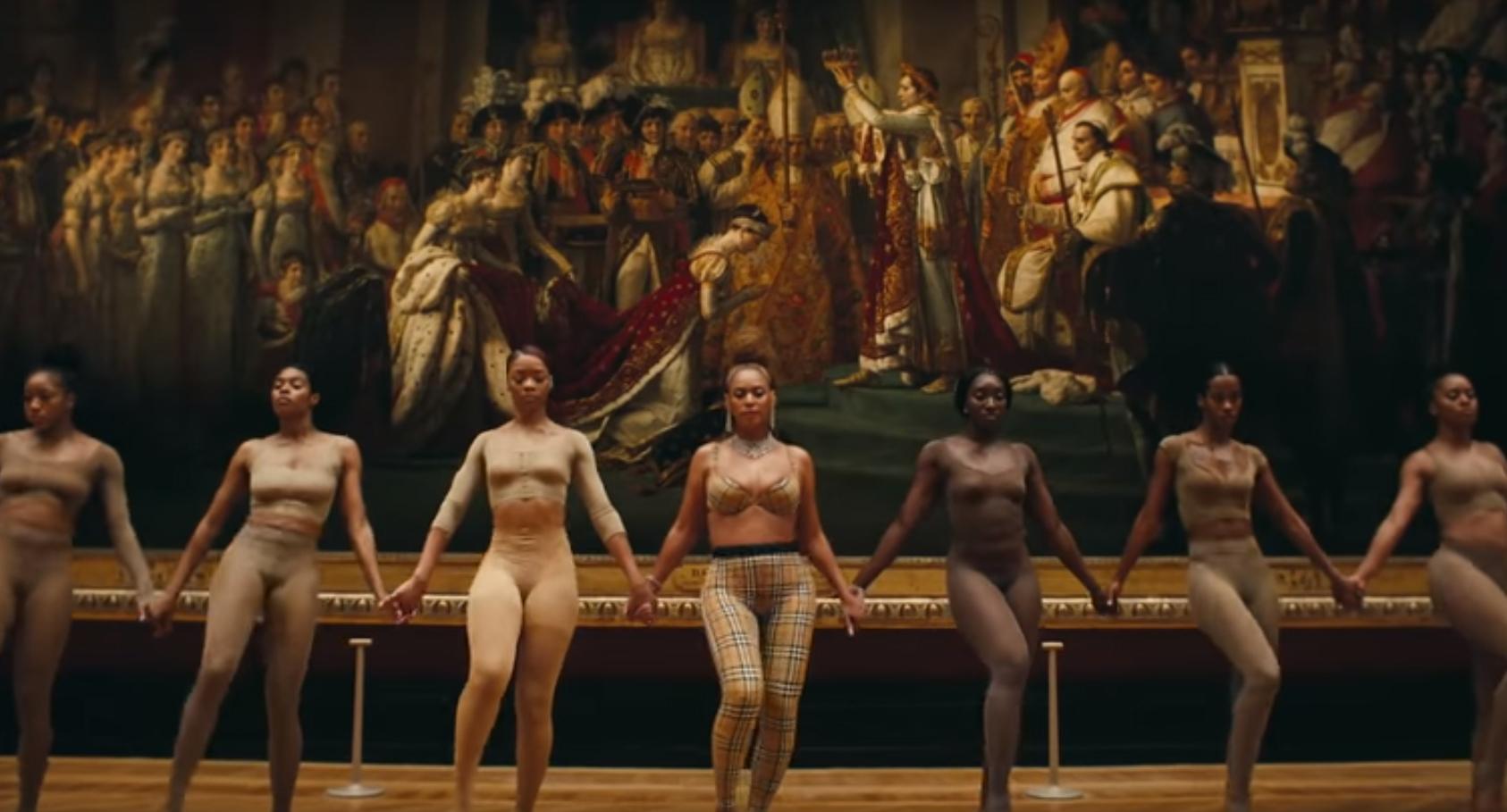 "Beyoncé vestida de Burberry en ""Apeshit""."