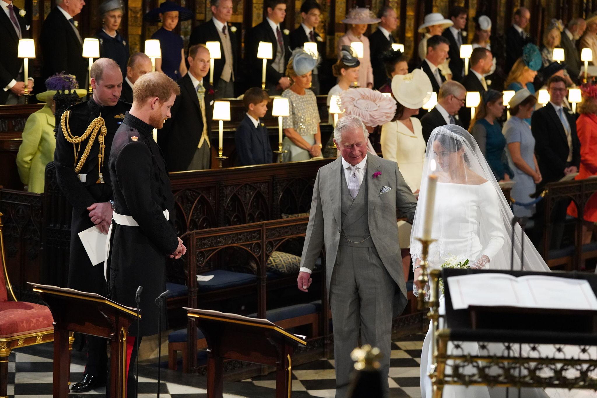Meghan Markle llegando al altar del brazo del príncipe Carlos.