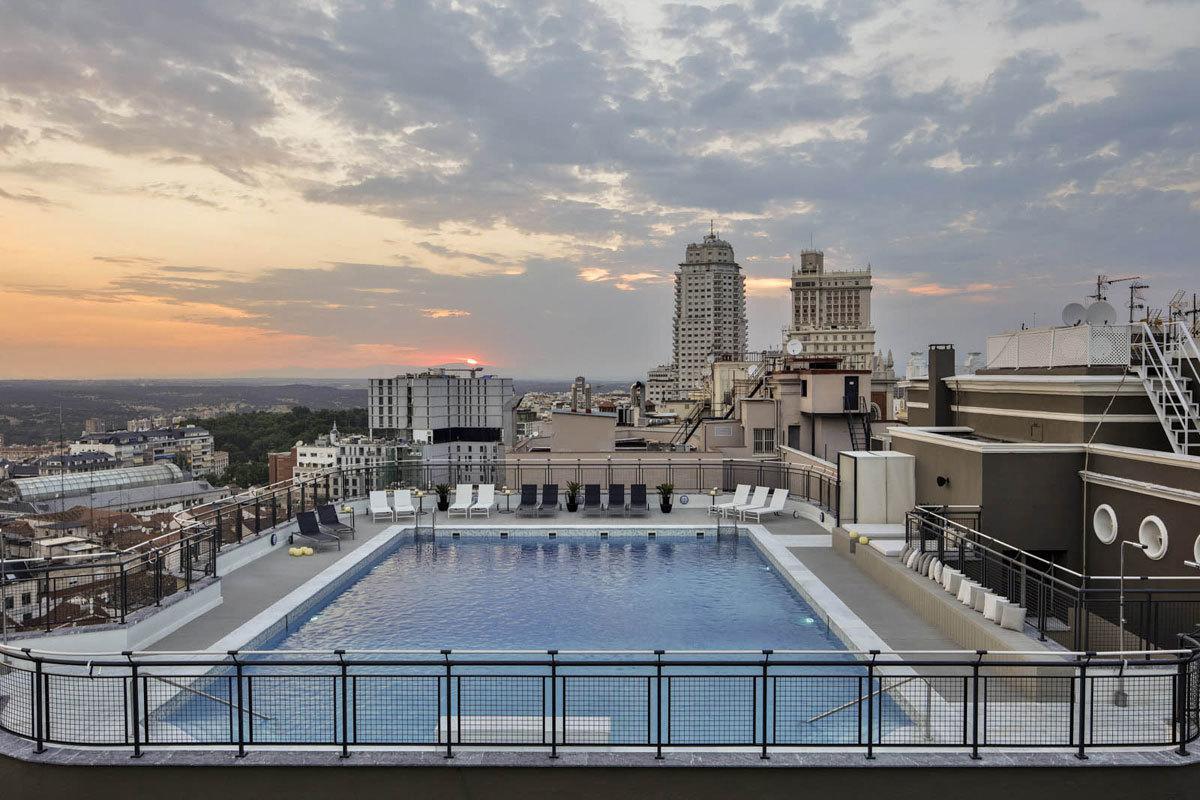 Terraza,  piscina,  solárium,  camas  balinesas,  zona  chill    out,...