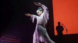 Rosalía, durante su actuación en el festival del Sónar, vestida por...