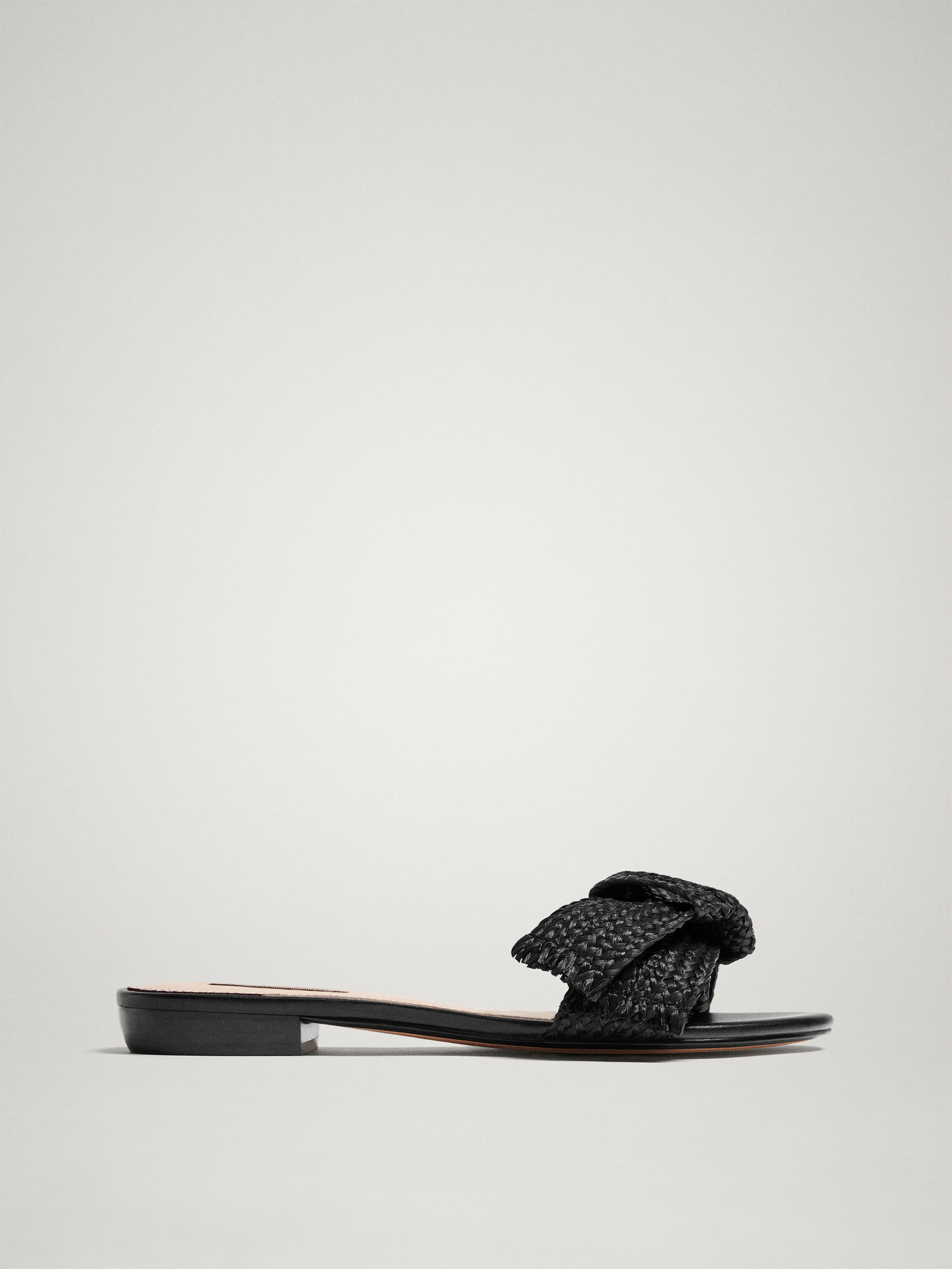 Unas sandalias con lazo de rafia de Massimo Dutti (49,95 euros)