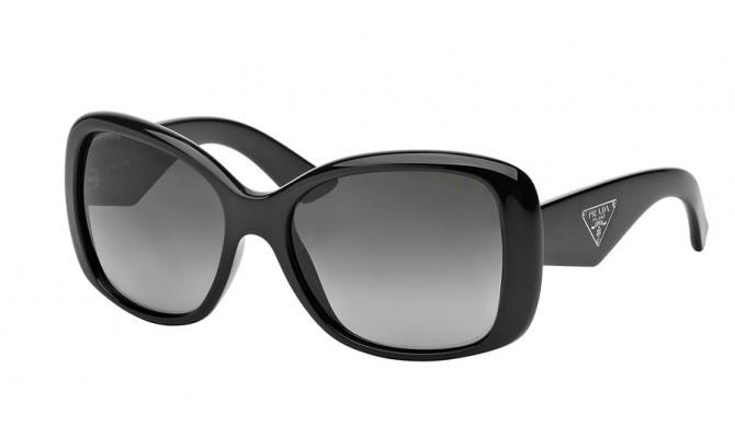 Unas gafas de sol negras de Prada (150 euros)