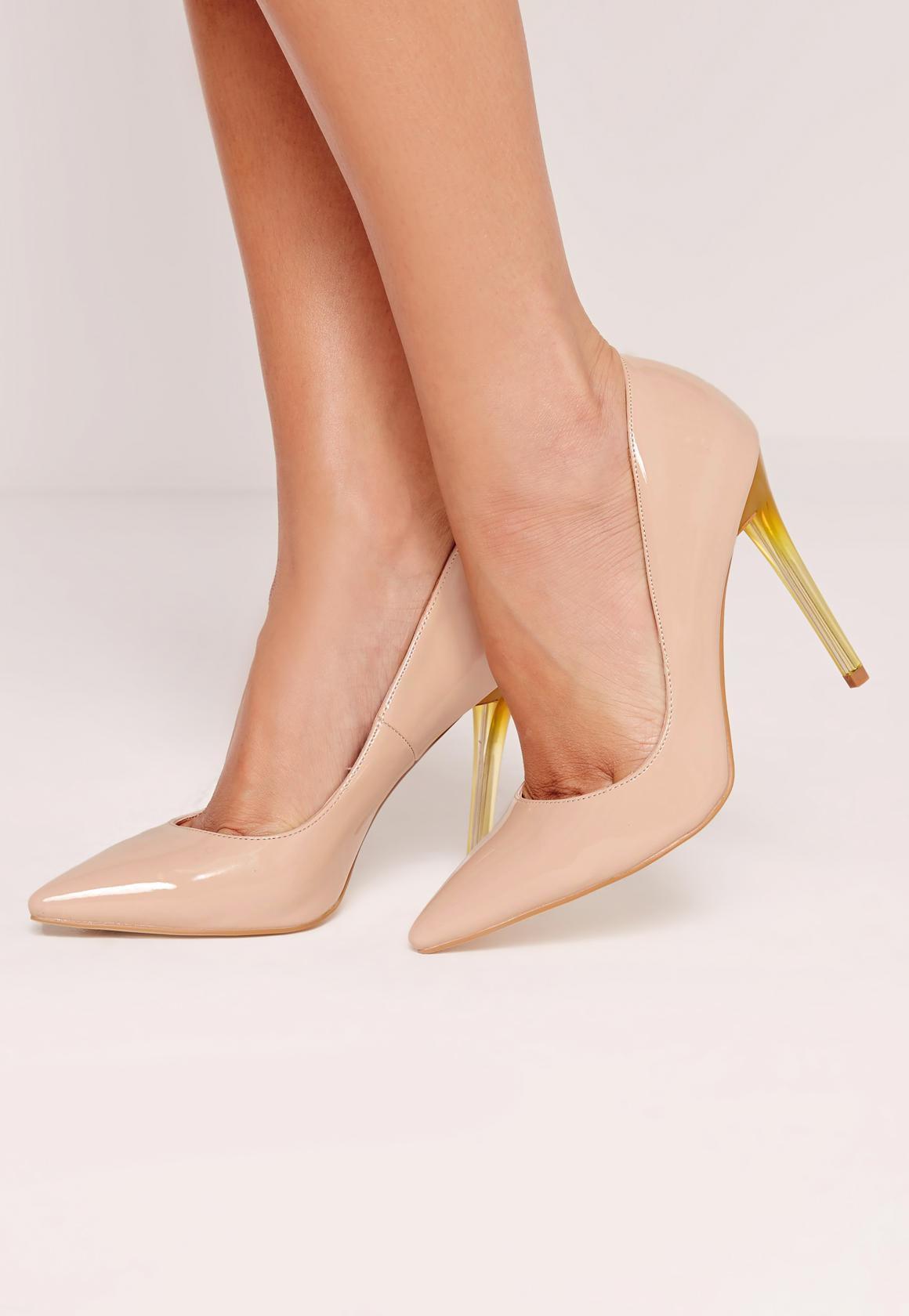 Zapatos de salón de charol con tacón transparente nude.
