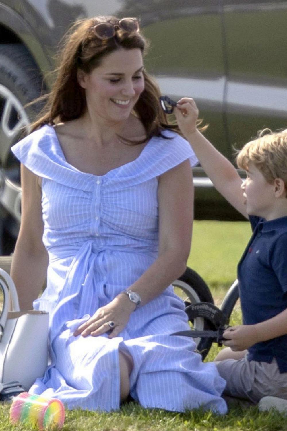 Kate Middleton con vestido azul de Zara.