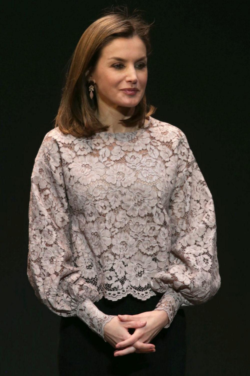 Doña Letizia con una blusa rebajada de Zara.