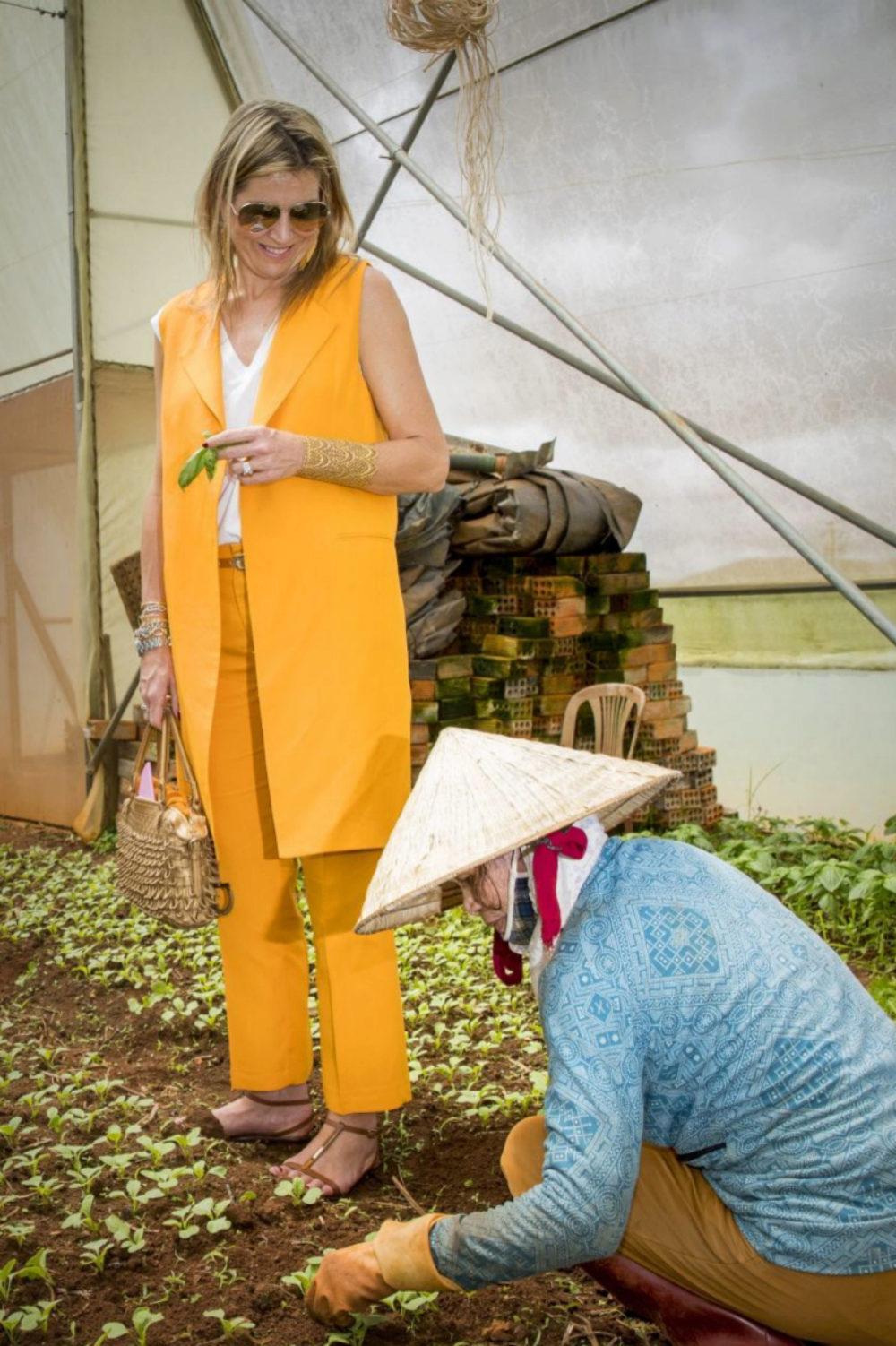 Con este conjunto amarillo de Zara, Máxima de Holanda combinó...