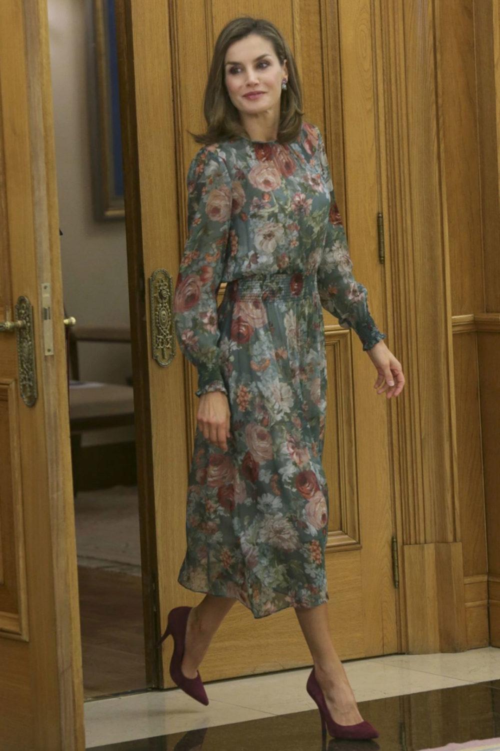 La Reina Letizia con vestido floral de Zara.