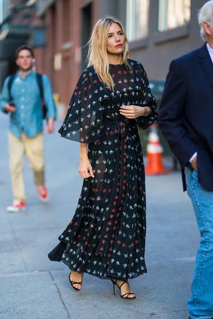 Sienna Miller con un vestido largo.
