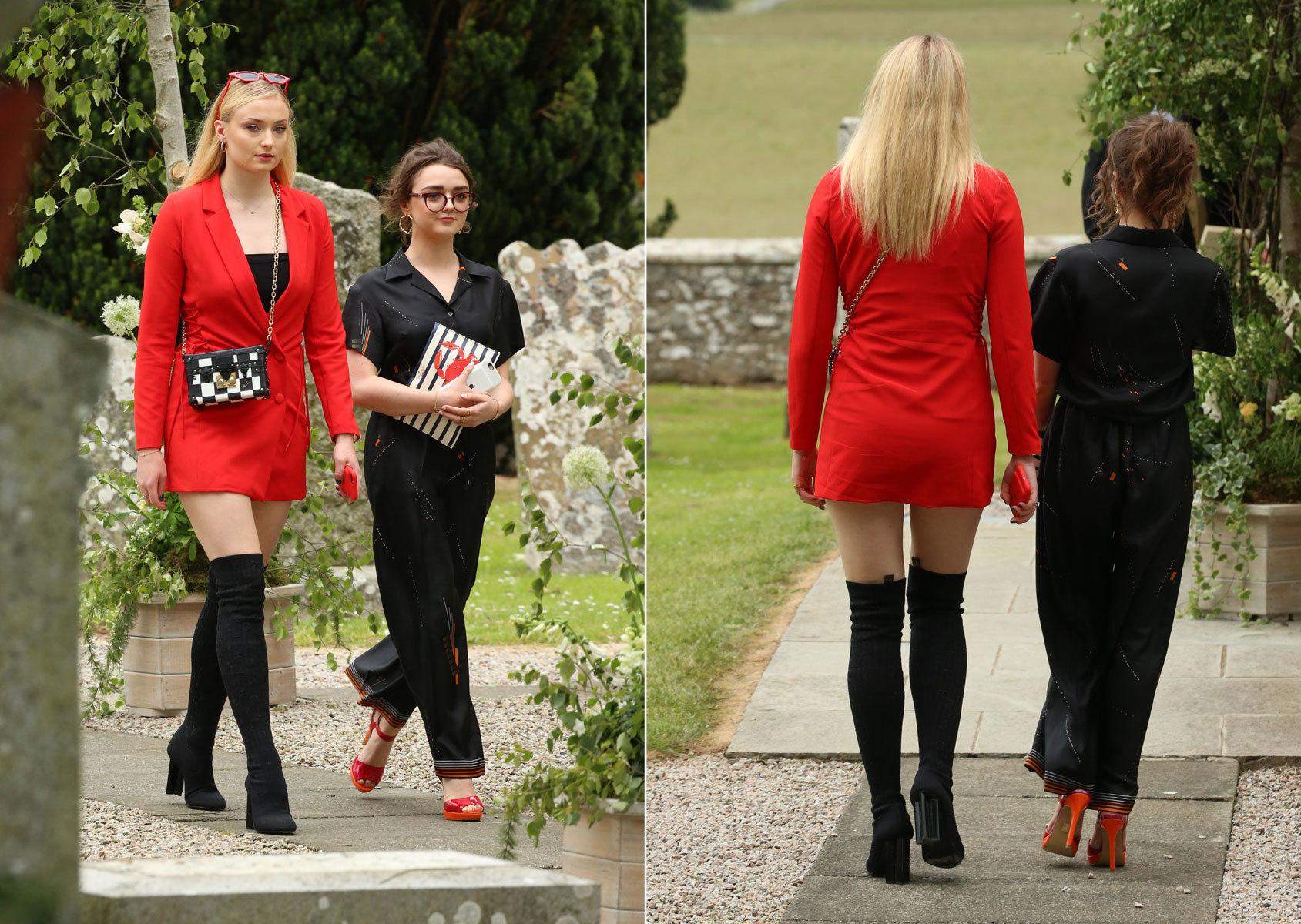 Las actrices Sophie Turner y Maisie Williams, hermanas en la ficción,...