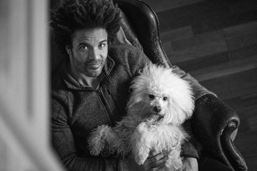 Edu del Prado con su perrito posando para Instagram.