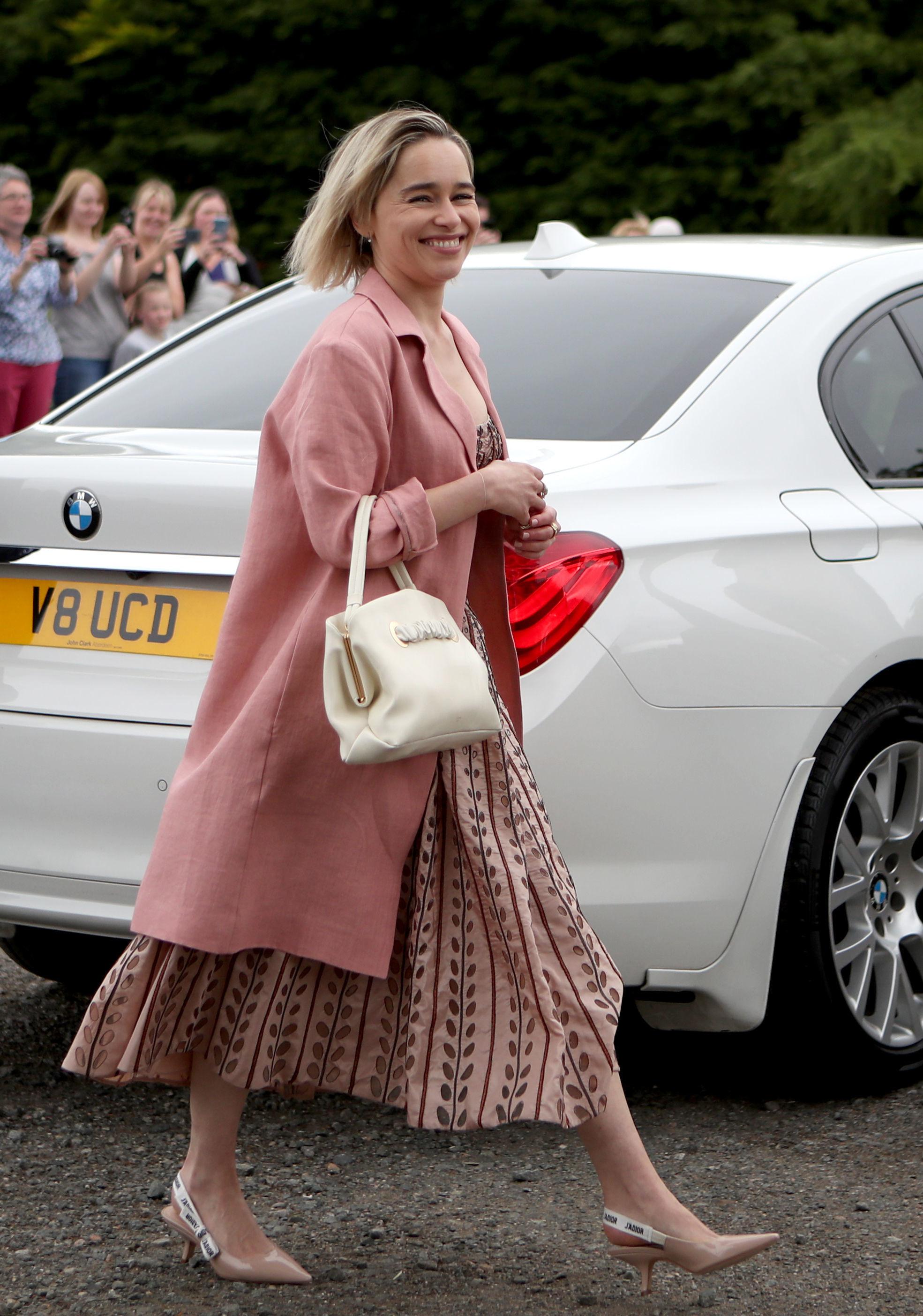 Emilia Clarke desconcertó con su elección para la boda