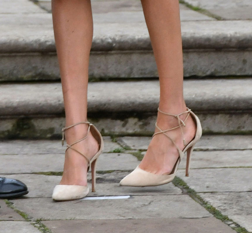Para anunciar su compromiso Meghan lució unos zapatos de Aquazzura,...
