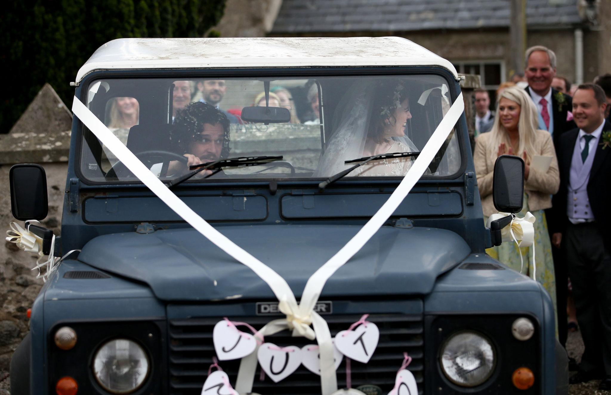 Un original 4x4 fue el coche elegido por los novios, con el...