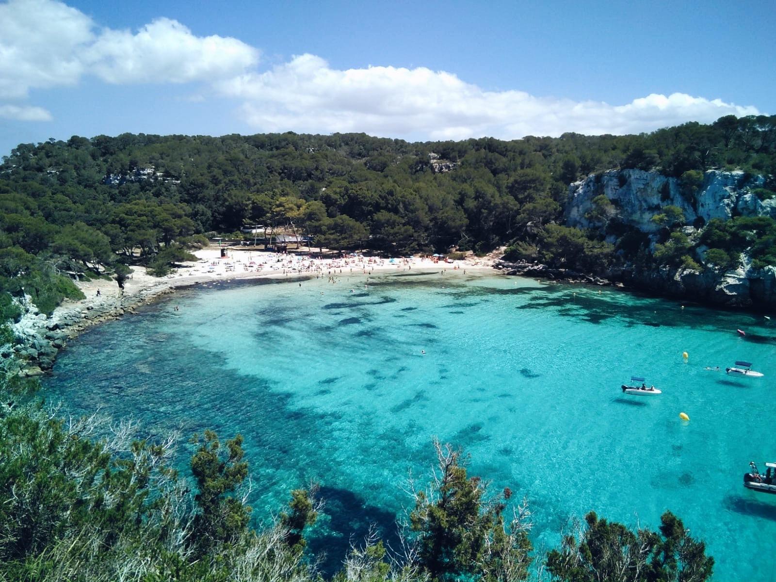 Las aguas de Macarella son tan claras que las sombras de los barcos se...